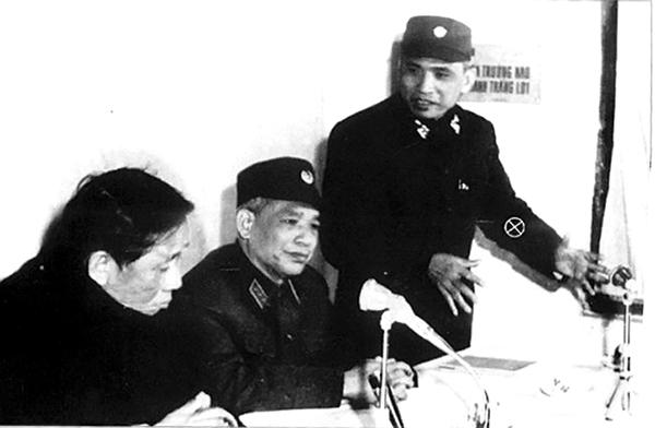 """Tư lệnh Lê Văn Tri (đứng) trình bày với Bí thư thứ nhất Lê Duẩn và Tổng tham mưu trưởng Văn Tiến Dũng về kế hoạch tác chiến Chiến dịch """"Điện Biên Phủ trên không"""" ở Hà Nội năm 1972."""