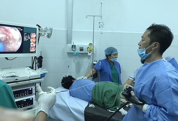 Chuyên gia Nhật Bản nội soi chẩn đoán, điều trị cho bệnh nhân. Ảnh: H.HOA