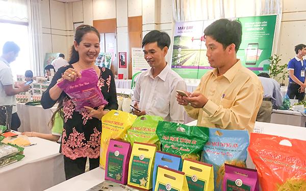 Công ty cổ phần Nông nghiệp công nghệ cao Trung An giới thiệu sản phẩm gạo sạch tại một hội nghị được tổ chức ở TP Cần Thơ. Ảnh: M.Hoa
