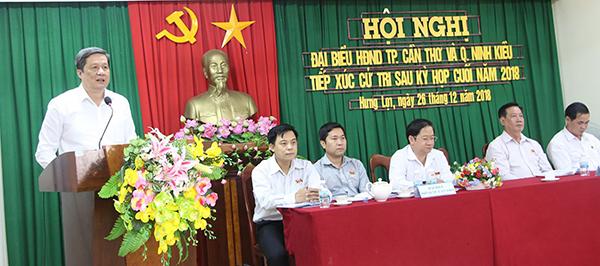 Chủ tịch HĐND thành phố Phạm Văn Hiểu ghi nhận ý kiến đóng góp của cử tri. Ảnh: THANH THY