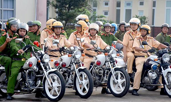 Các lực lượng chức năng Công an huyện Phong Điền tham gia diễu hành qua các tuyến đường trên địa bàn thành phố Cần Thơ. Ảnh: Xuân Đào
