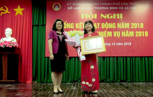 Bà Trần Thị Xuân Mai, Giám đốc Sở LĐ-TB&XH thành phố nhận danh hiệu Chiến sĩ thi đua toàn quốc. Ảnh: A.P