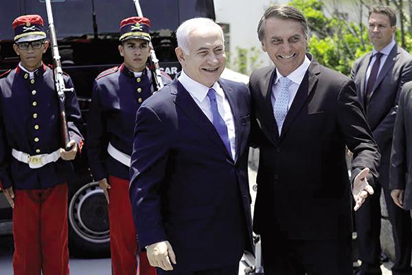 Thủ tướng Israel Netanyahu (trái) và Tổng thống sắp nhậm chức Bolsonaro của Brazil tại Rio de Janeiro hôm 28-12. Ảnh: AP
