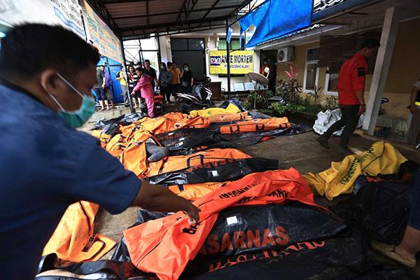 Nhân viên y tế sắp xếp các thi thể nạn nhân sóng thần ở Pandeglang, tỉnh Banten ngày 23-12-2018. Ảnh: JP