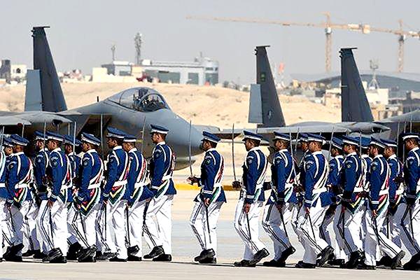Binh sĩ Saudi Arabia duyệt binh bên cạnh chiến đấu cơ F-15 do Mỹ chế tạo. Ảnh: NYT
