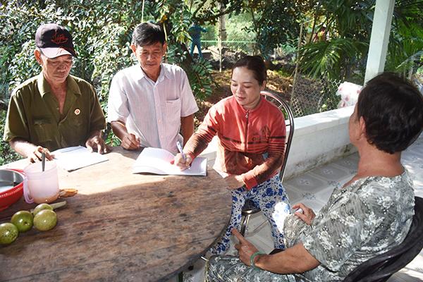 CCB thị trấn Phong Điền tuyên truyền, hướng dẫn người dân trên địa bàn thị trấn ký cam kết chấp hành quy định về TTATGT, TTĐT. Ảnh: XUÂN ĐÀO