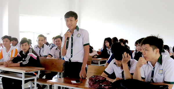 Sinh viên Trường Cao đẳng Kinh tế - Kỹ thuật Cần Thơ trả lời câu hỏi tình huống mà diễn giả ở FPT Telecom đặt ra. Ảnh: B.Kiên