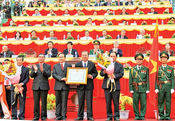 Hình ảnh Cần Thơ đón nhận Huân chương Độc lập hạng Nhất vào năm 2013 được giới thiệu tại triển lãm. Ảnh: DUY LỮ