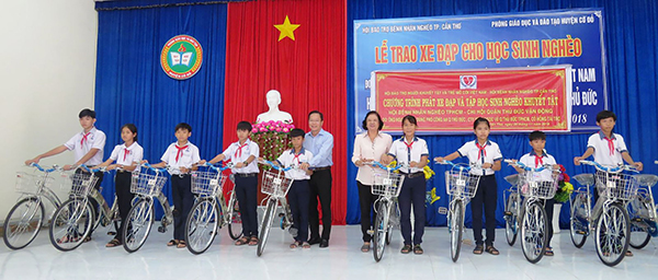 Một buổi lễ trao xe đạp cho học sinh nghèo huyện Cờ Đỏ. Ảnh: Ng.Ngân