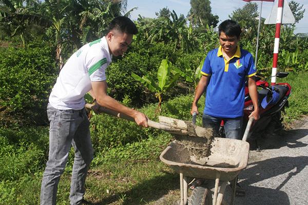 Tuổi trẻ quận Cái Răng và sinh viên Trường Đại học Tây Đô xây cột cờ nhằm xây dựng tuyến đường đẹp ở phường Thường Thạnh. Ảnh: Q. THÁI