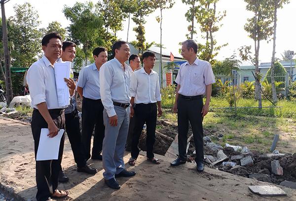 Lãnh đạo huyện Vĩnh Thạnh kiểm tra, thúc đẩy công trình xây dựng, nâng cấp công viên khu trung tâm hành chính huyện Vĩnh Thạnh sớm hoàn thành để đón chào năm mới 2019. Ảnh: HÀ VĂN