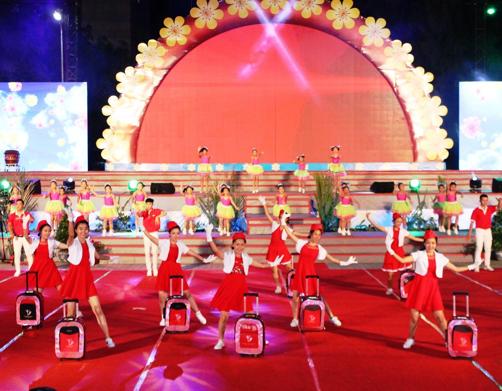Các diễn viên của Nhà văn hóa Thiếu Nhi quận Ninh Kiều trong trang phục tiếp viên hàng không.