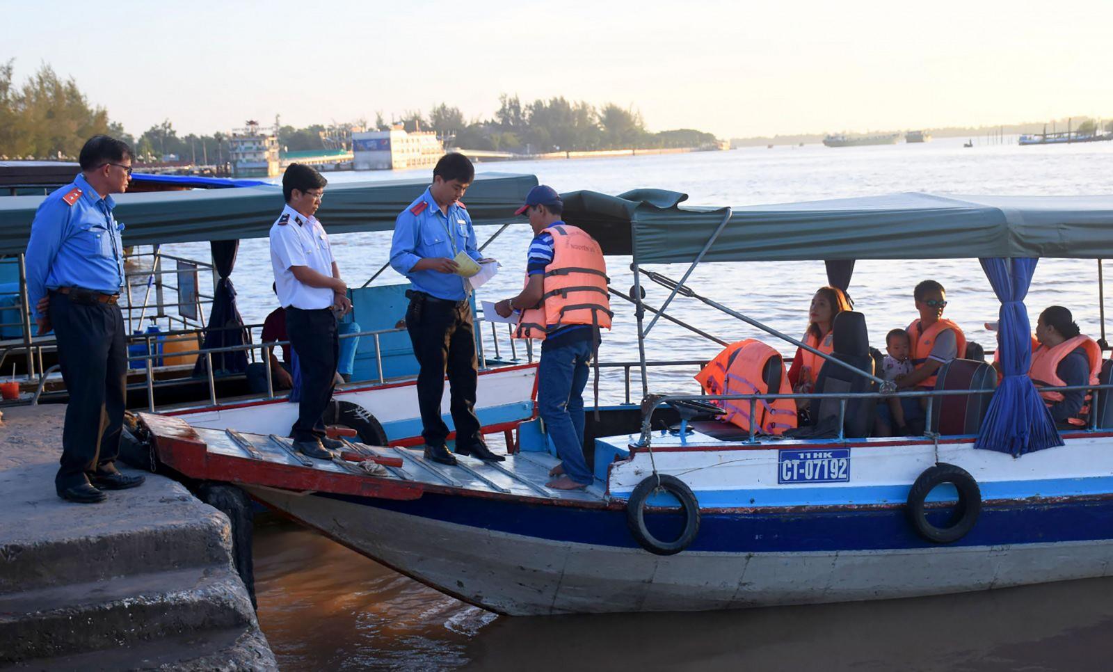 Thanh tra Sở GTVT TP Cần Thơ tăng cường phối hợp với Cảng vụ ĐTNĐ khu vực IV kiểm tra hoạt động các tàu du lịch tại bến tàu du lịch Bến Ninh Kiều. Ảnh: XUÂN ĐÀO