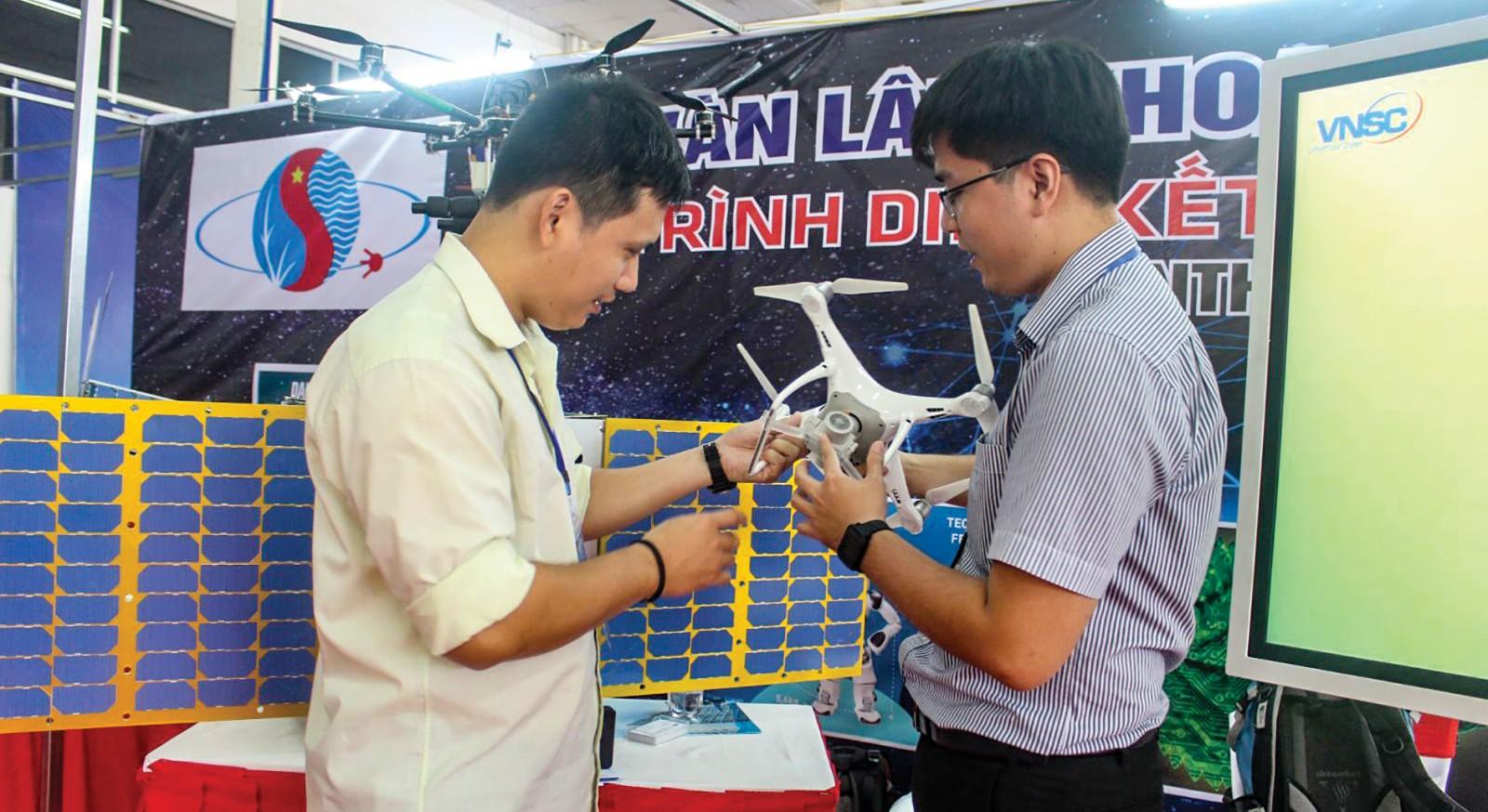Giới thiệu mô hình máy bay không người lái phục vụ giám sát đồng ruộng trong khuôn khổ sự kiện Trình diễn, kết nối cung cầu công nghệ Quốc tế năm 2018 tại TP Cần Thơ. Ảnh: MINH HUYỀN