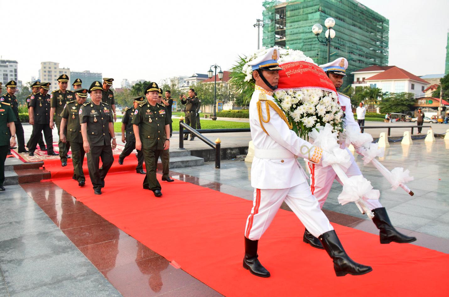 Đại tướng Chhieng Om, Quốc vụ khanh Bộ Quốc phòng dẫn đầu Đoàn đại biểu Quân đội Hoàng gia Campuchia đến dâng hương và đặt vòng hoa tại Đài Hữu nghị Việt Nam - Campuchia. Ảnh: TTXVN