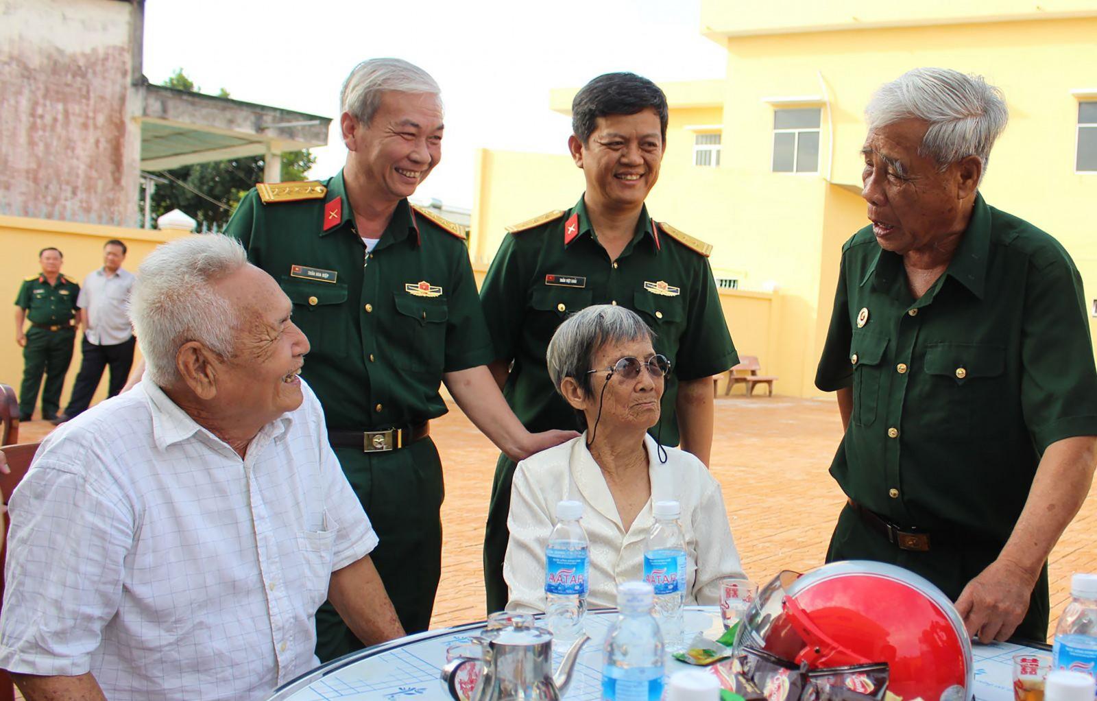 Đại tá Trần Hòa Hiệp (thứ hai từ trái sang), Phó Chính ủy Bộ CHQS thành phố và Thiếu tướng Lê Thanh Sơn (bìa phải), Anh hùng lực lượng vũ trang nhân dân, nguyên Chỉ huy trưởng Bộ CHQS tỉnh Cần Thơ tại buổi họp mặt gia đình chính sách, người có công ở xã Tân Thới, huyện Phong Điền. Ảnh: Chung Cường