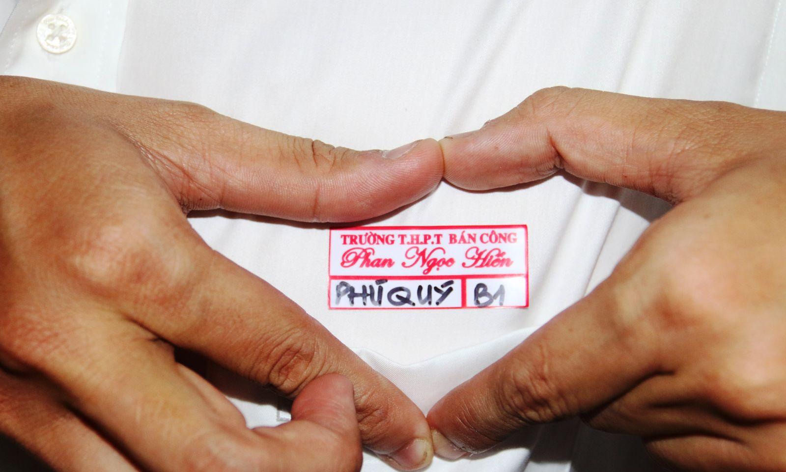 Mỗi cựu học sinh về trường đều chọn mặc áo trắng và được phát một bảng tên ghi tên và lớp cũ để ôn lại kỷ niệm xưa. Bảng tên khiến các cựu học sinh thích thú, nâng niu.