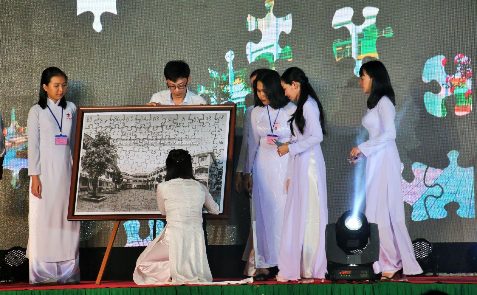 Ghép tranh về hình ảnh ngôi trường mến yêu mang tên Phan Ngọc Hiển.