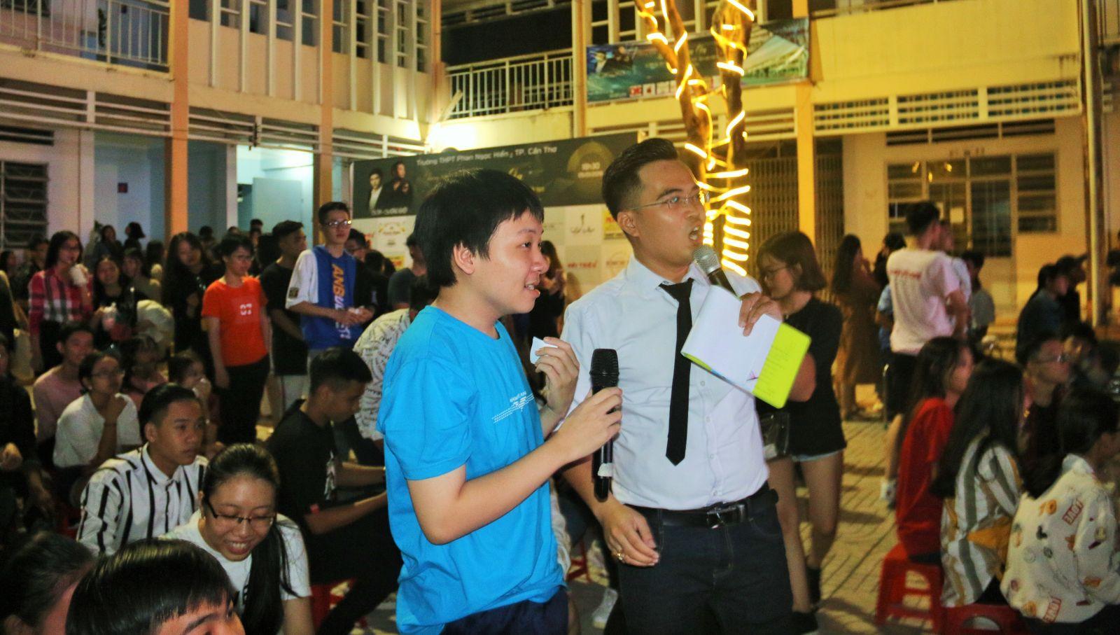 Học sinh Trường THPT Phan Ngọc Hiển giao lưu trong chương trình.