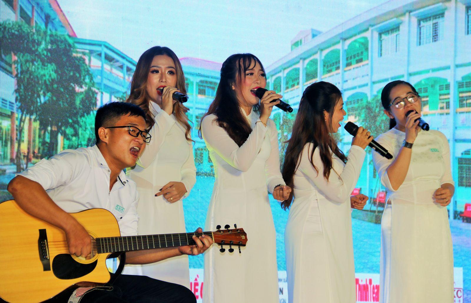 """Các cựu học sinh trong tà áo trắng xúc động hát bài """"Về lại trường xưa""""."""