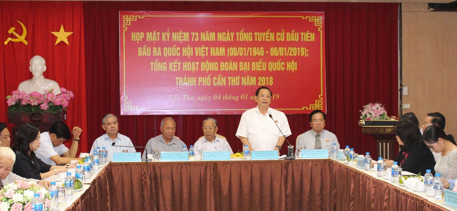 Đồng chí Trần Quốc Trung, Ủy viên Trung ương Đảng,  Bí thư Thành ủy, Trưởng Đoàn ĐBQH thành phố phát biểu tại buổi họp mặt.