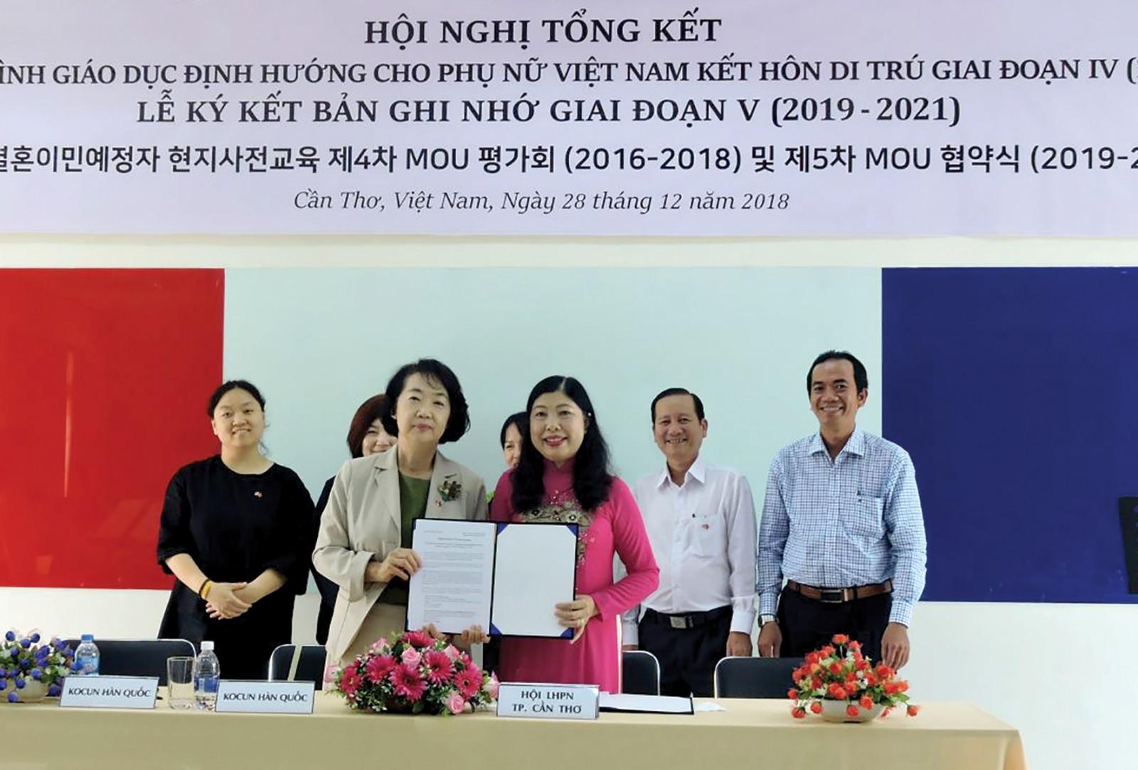 Bà Chong Chin Song và bà Diệp Thị Thu Hồng đại diện 2 đơn vị ký kết và công bố bản ghi nhớ thực hiện chương trình giai đoạn V. Ảnh: MỸ TÚ