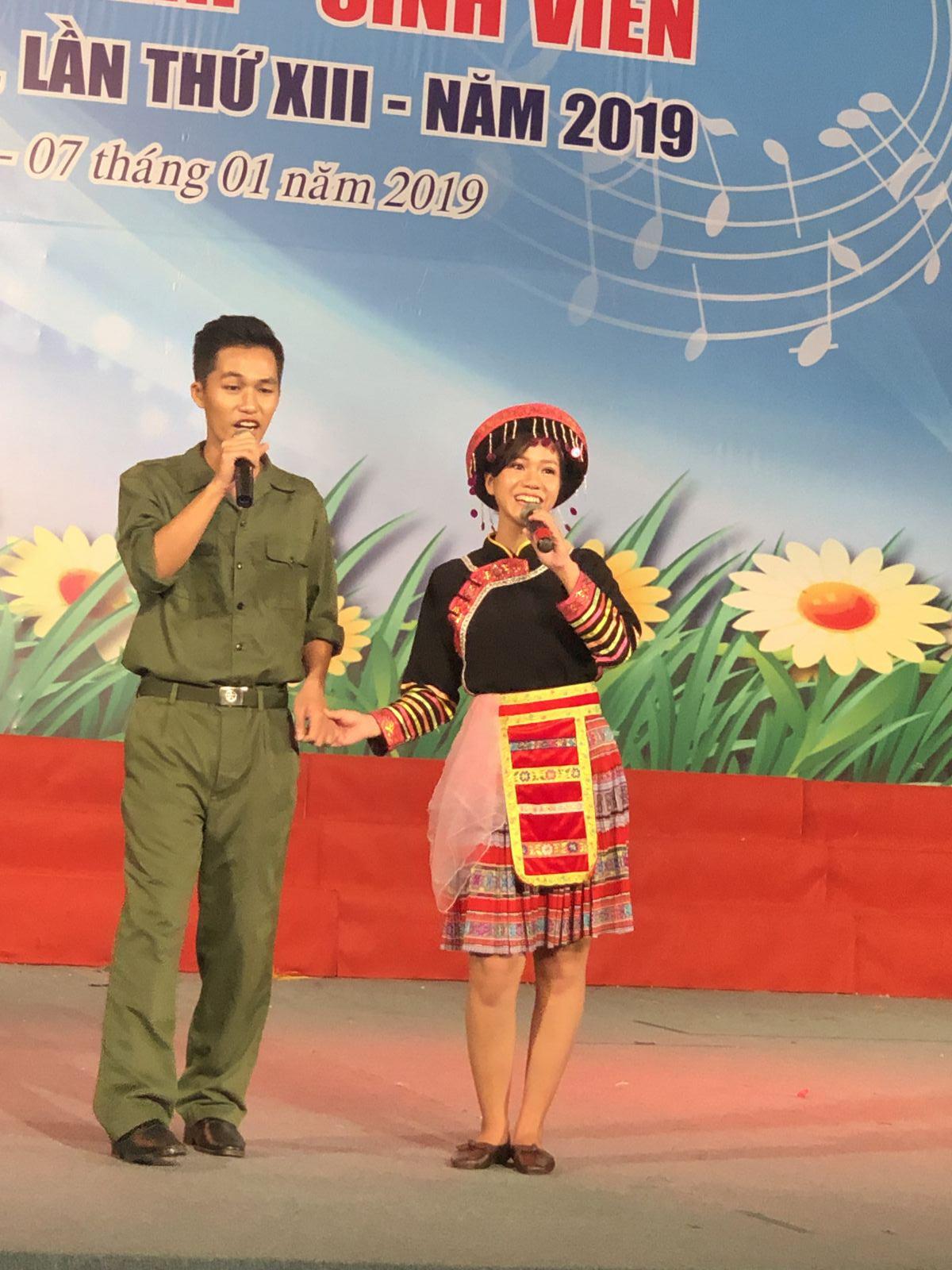 Tình cảm quân-dân được thể hiện trong tiết mục song ca đậm chất trữ tình của đơn vị Trường Cao đẳng Cần Thơ.