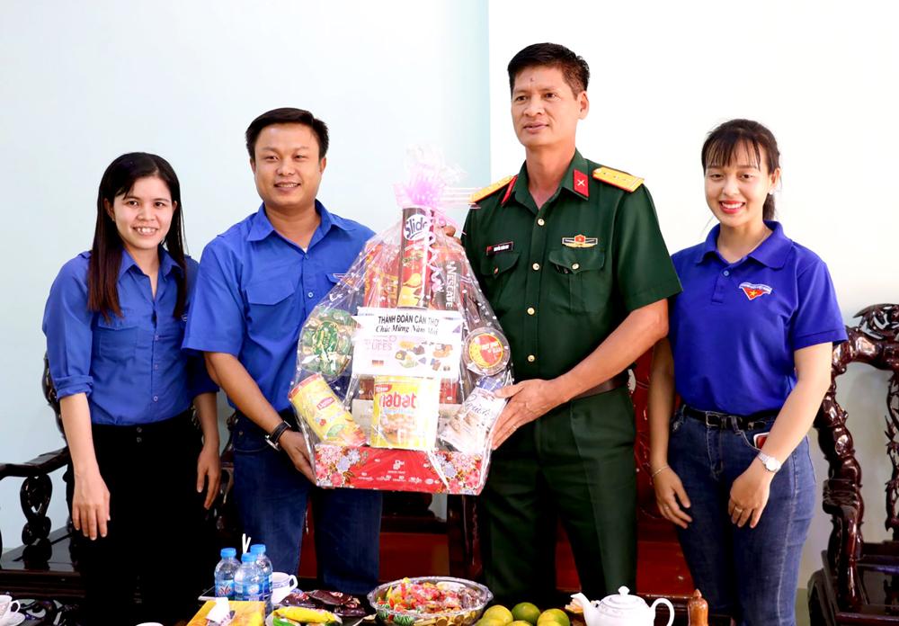Anh Huỳnh Thái Nguyên, Phó Bí thư Thường trực Thành đoàn Cần Thơ, thăm hỏi, chúc Tết cán bộ, chiến sĩ Trung đoàn BB1.