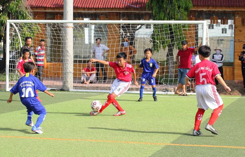 Trong 3 năm qua, Cần Thơ tổ chức nhiều giải thể thao cho học sinh. Trong ảnh: Các cầu thủ nhí tranh tài tại Giải bóng đá Tiểu học và THCS TP Cần Thơ - Tranh Cúp Cửu Long lần thứ III năm 2018.