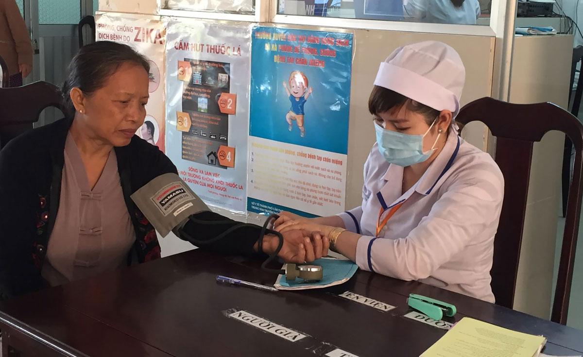 Nâng cao chất lượng khám chữa bệnh là một trong những giải pháp mở rộng độ bao phủ BHYT. Trong ảnh: Cán bộ y tế Trung tâm Y tế huyện Phong Điền đo huyết áp cho người dân. Ảnh: H.Hoa