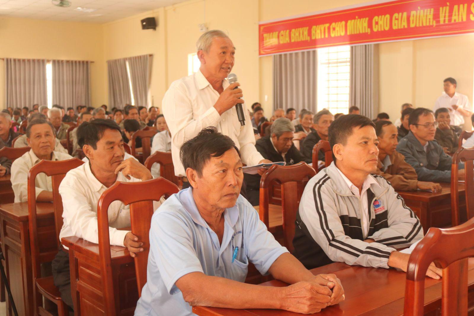 Buổi tuyên truyền những quy định về Bảo hiểm xã hội tự nguyện, BHYT đến hội viên Hội Nông dân ở huyện Cờ Đỏ. Ảnh: V.Truyền