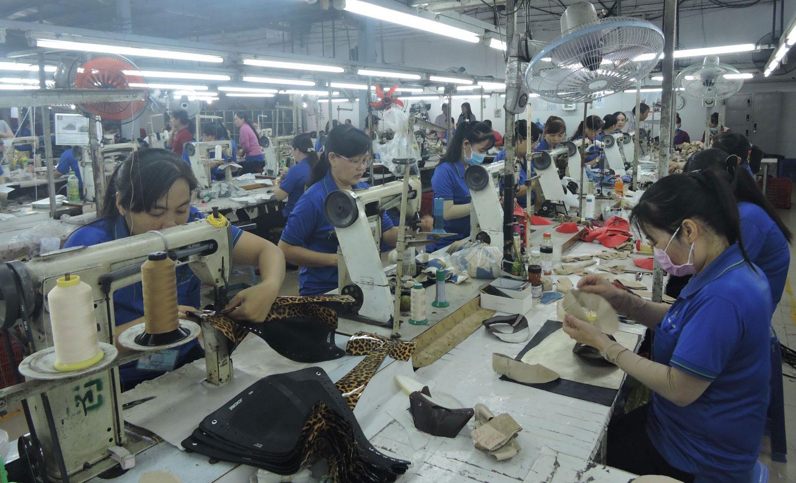 Nhiều lao động đang làm việc tại Công ty TNHH tư vấn dịch vụ thương mại sản xuất Đại Thành Huy được giữ lại từ lớp đào tạo nghề may công nghiệp do công ty phối hợp với các ngành liên quan tổ chức. Ảnh: MỸ TÚ