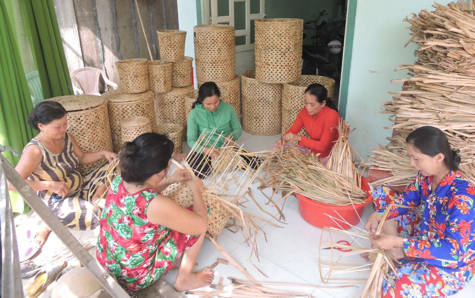 Nghề đan lục bình đã và đang đem đến nguồn thu nhập cho nhiều phụ nữ dân tộc Khmer ở huyện Cờ Đỏ. Ảnh: MỸ TÚ