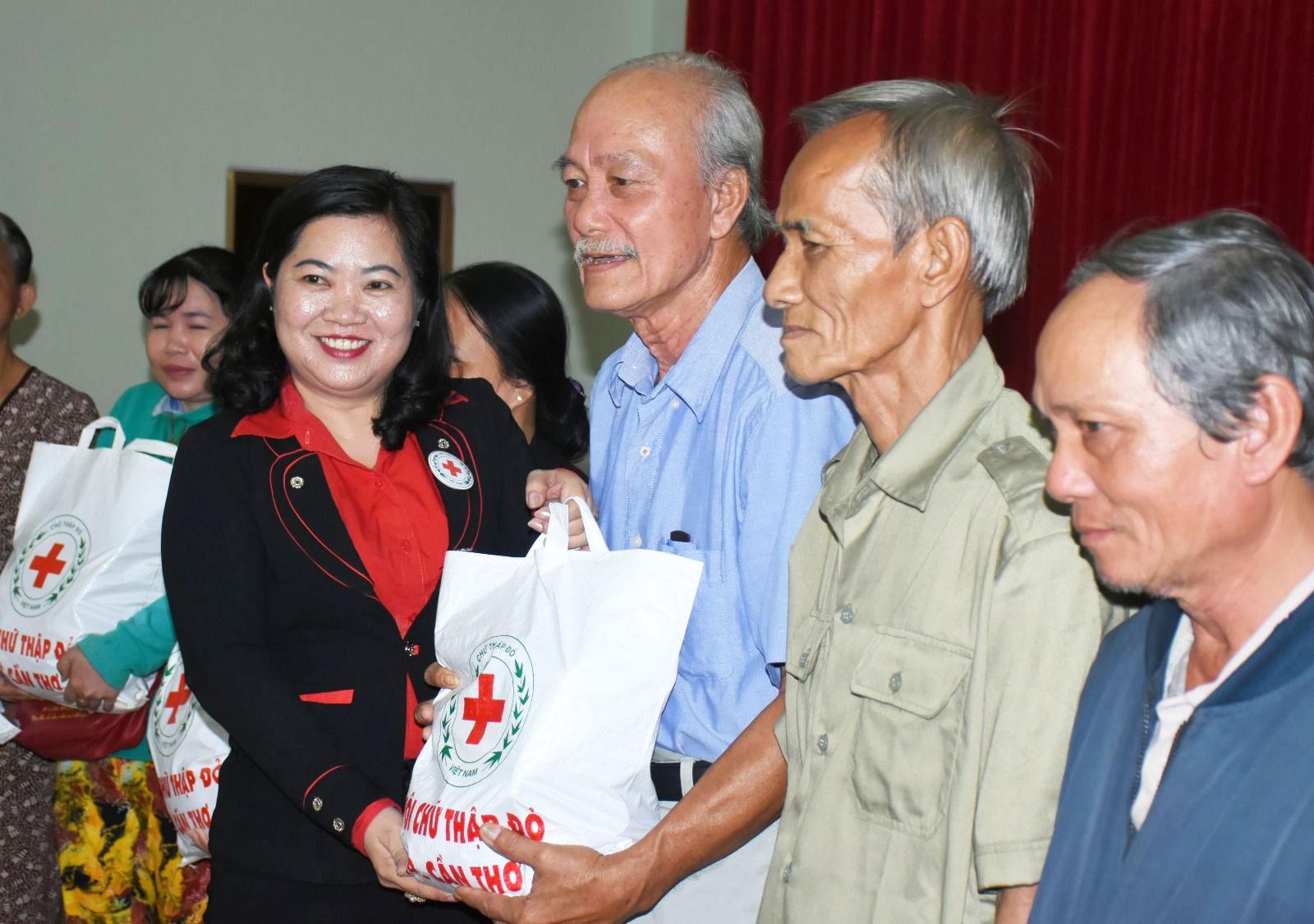 Bà Huỳnh Thanh Thảo, Chủ tịch Hội CTĐ TP Cần Thơ tặng quà Tết cho hộ nghèo, gia đình chính sách trên địa bàn thành phố. Ảnh: XUÂN ĐÀO