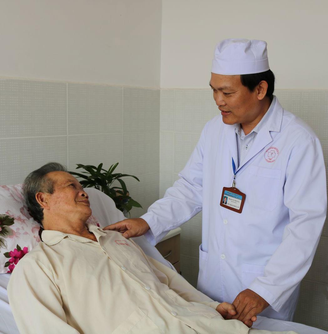 Bác sĩ Phạm Văn Phương, Bệnh viện Đa khoa TP Cần Thơ, ân cần thăm hỏi sức khỏe bệnh nhân. Ảnh: THU SƯƠNG