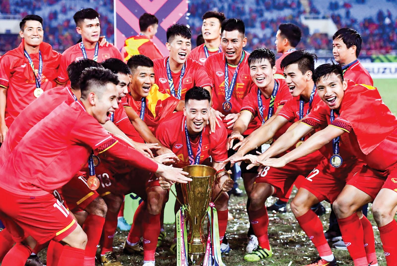 Tuyển Việt Nam cùng chiếc cúp vô địch AFF Cup. Ảnh: ITCnews