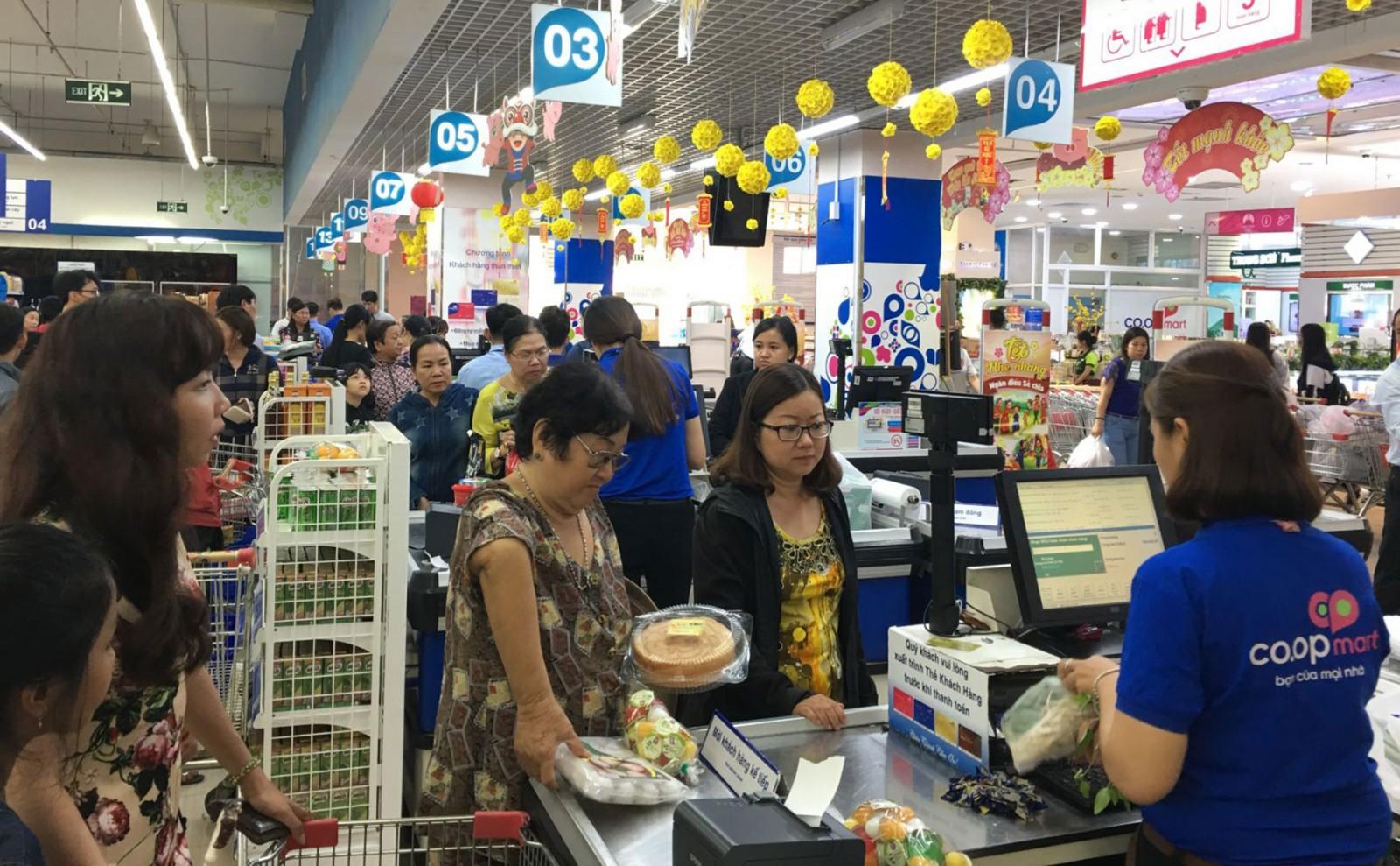 Hoạt động kinh doanh tại siêu thị Co.opmart Cần Thơ sau Tết Nguyên đán. Ảnh: KHÁNH NAM