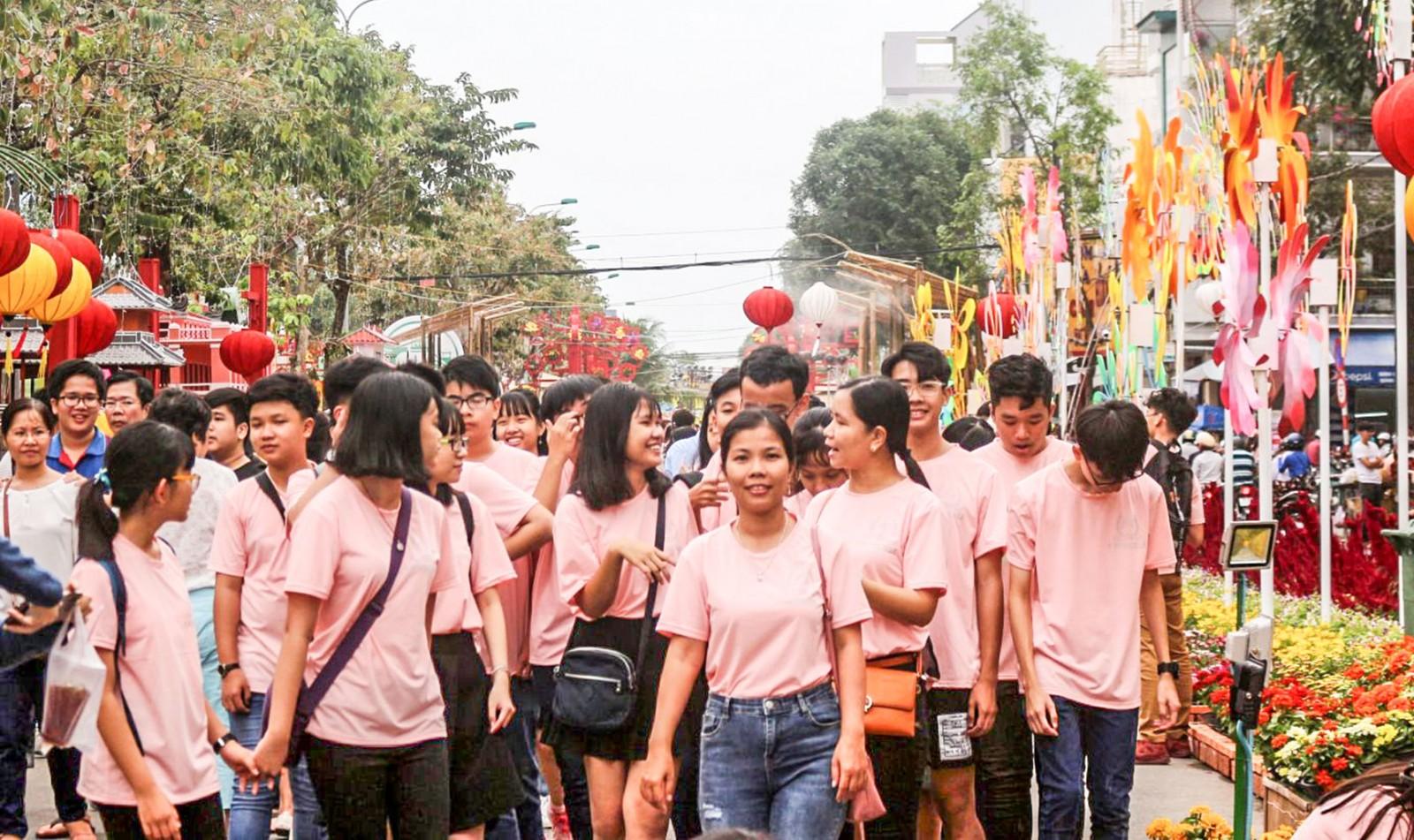 Đường hoa thu hút đông đảo du khách đến tham quan và chụp ảnh. Ảnh: ÁI LAM