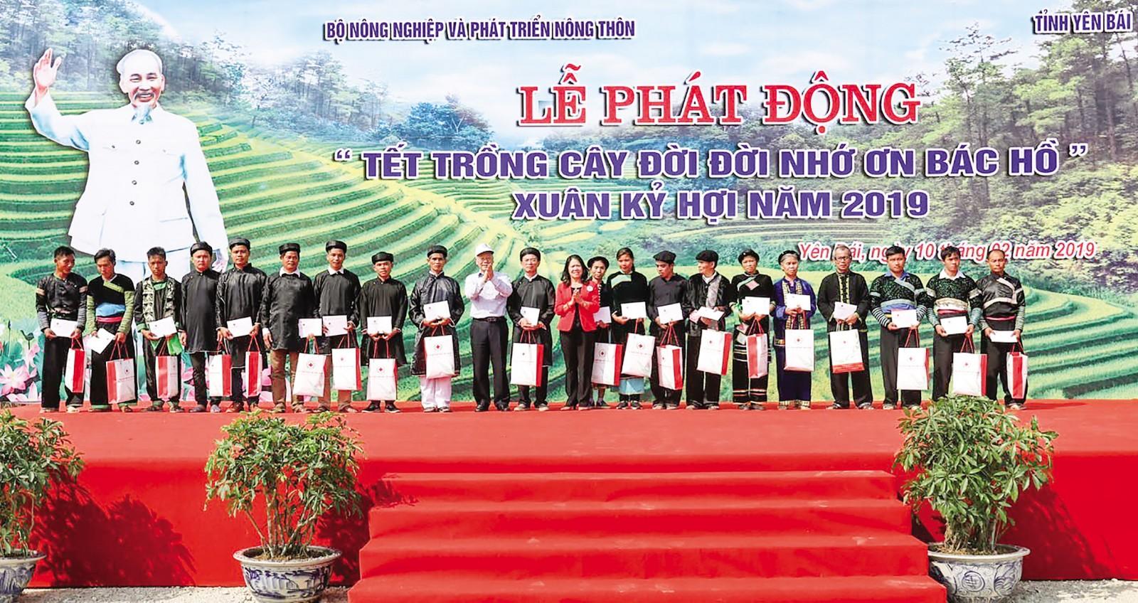Tổng Bí thư, Chủ tịch nước Nguyễn Phú Trọng tặng 200 suất quà cho đồng bào nghèo, khó khăn của huyện Trấn Yên. Ảnh: TRÍ DŨNG – TTXVN