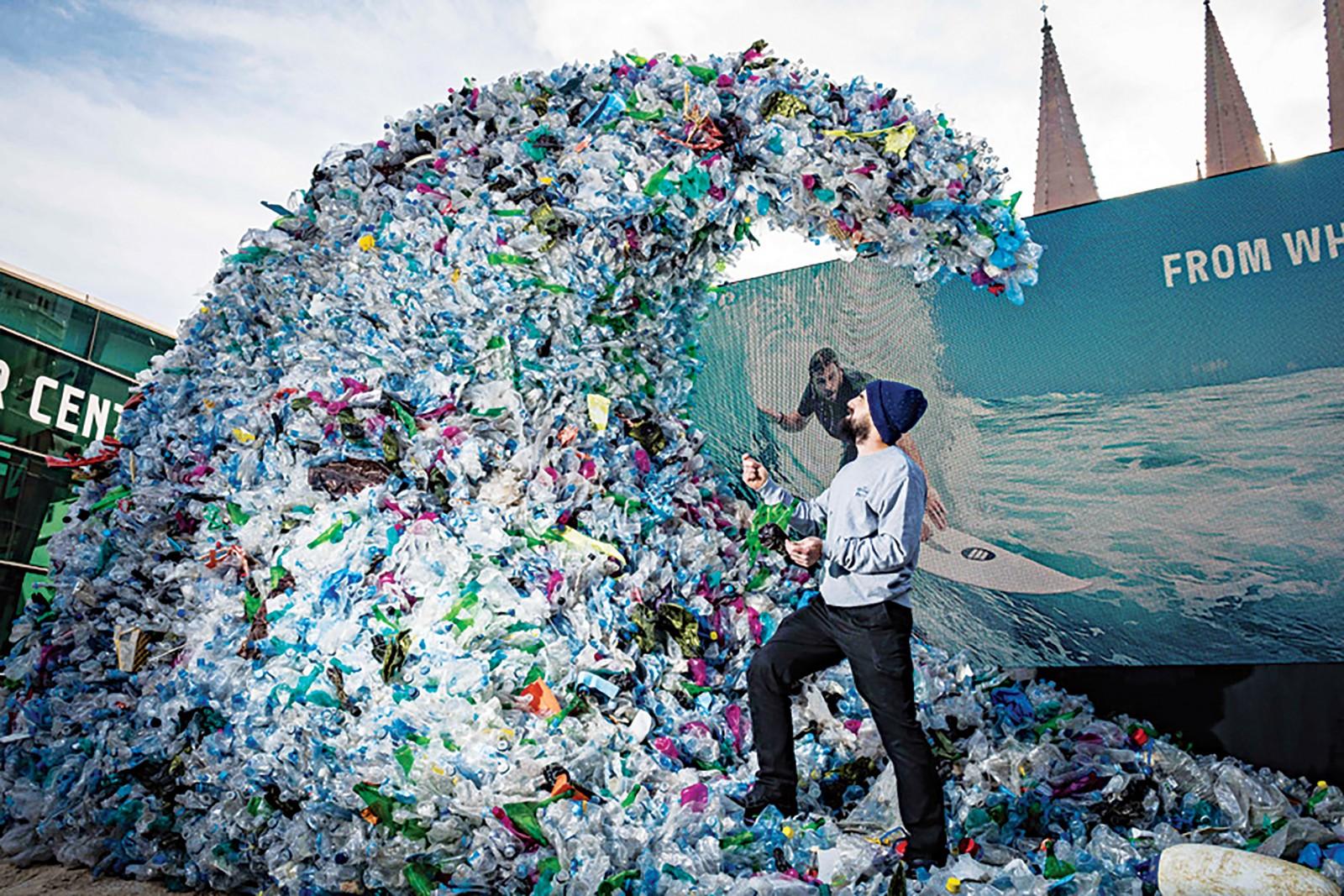 Một tác phẩm nhằm gia tăng nhận thức về rác thải nhựa trên đại dương được trưng bày tại Melbourne, Úc. Ảnh: China Daily