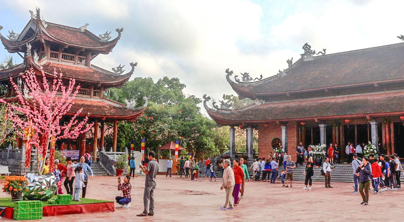 Nhiều du khách đến viếng và chụp ảnh tại Thiền viện Trúc lâm Phương Nam. Ảnh: ÁI LAM