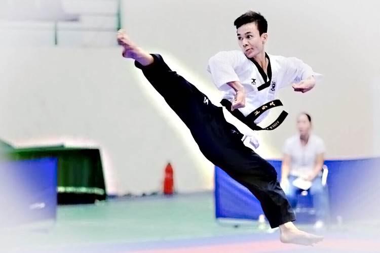 Cú đá chân hoàn hảo của võ sĩ Trần Tiến Khoa. Ảnh: NVCC