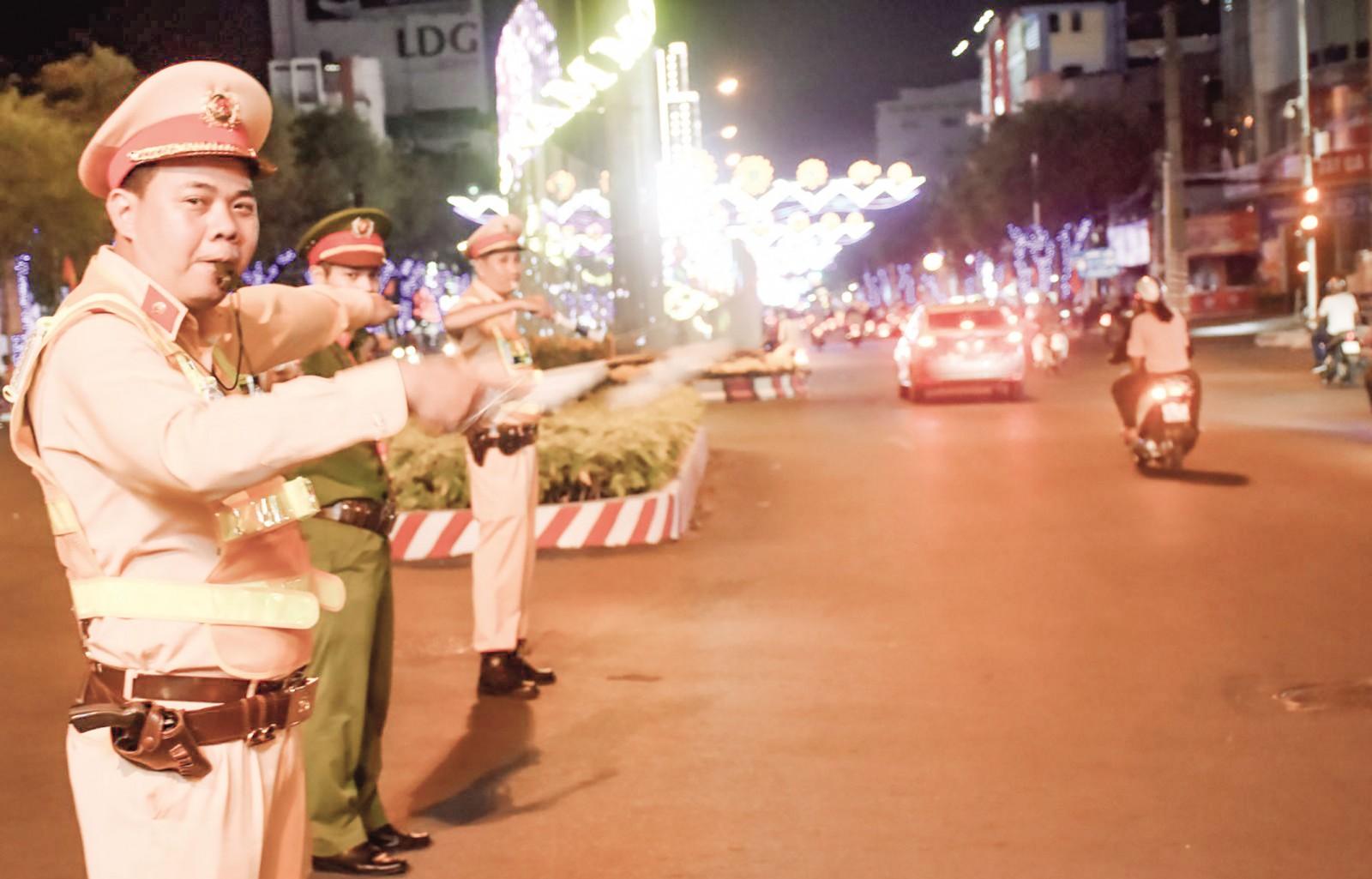 CSGT Công an TP Cần Thơ điều tiết giao thông trên đường Hòa Bình. Ảnh