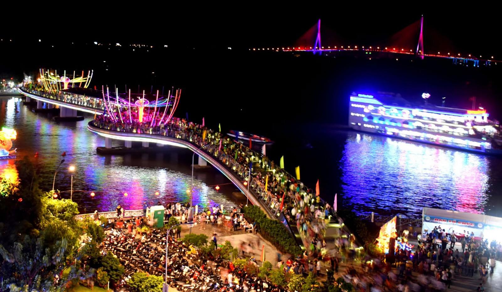 Đông đảo người dân đến tham quan cầu đi bộ ở Bến Ninh Kiều. Ảnh: X.ĐÀO