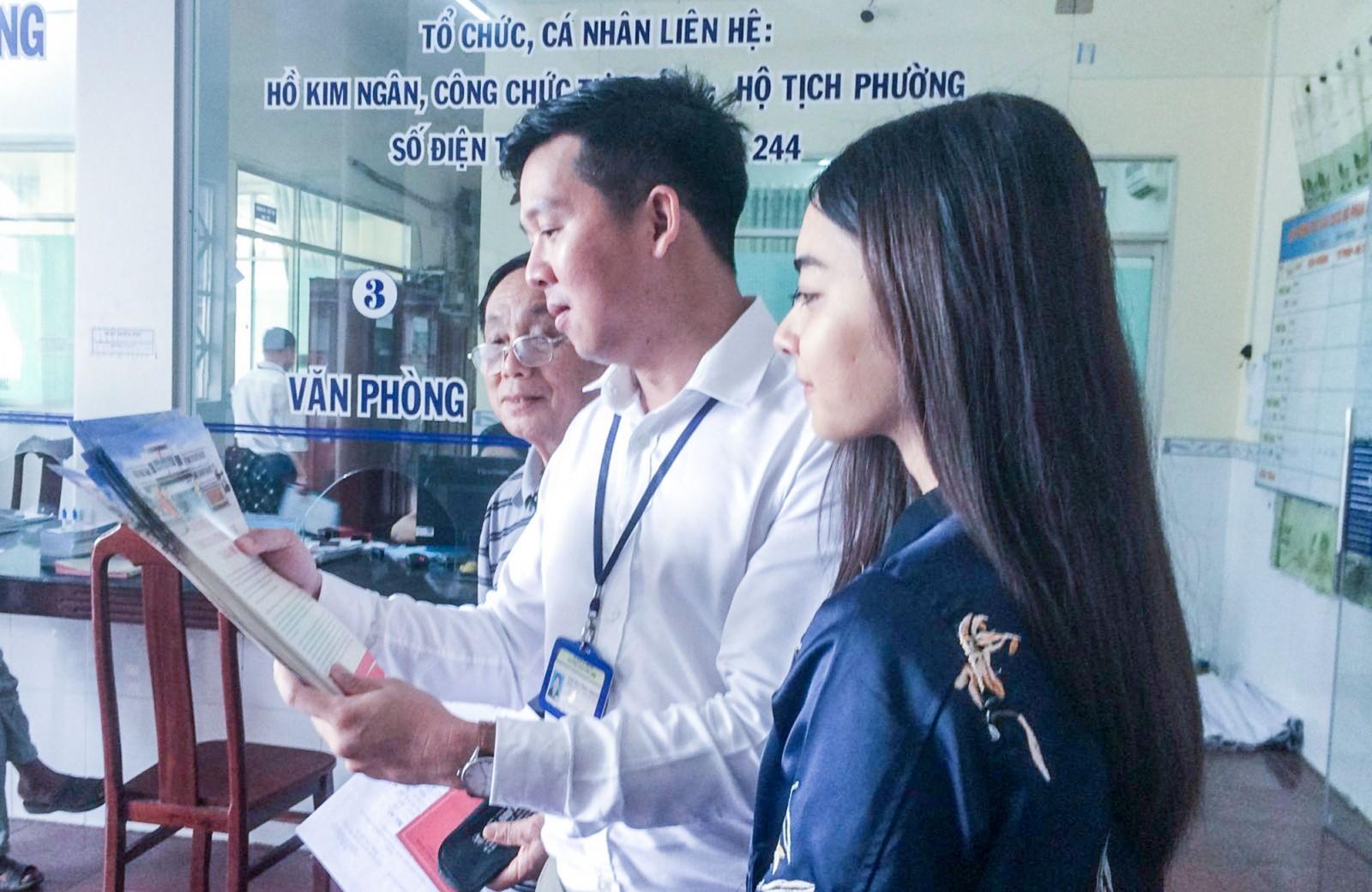 Công chức bộ phận một cửa phường hướng dẫn người dân về thủ tục hành chính. Ảnh: ANH DŨNG