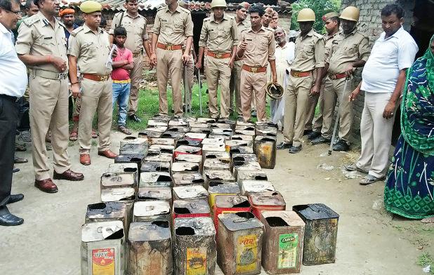 Những thùng rượu lậu bị cảnh sát Ấn Độ tịch thu. Ảnh: AFP