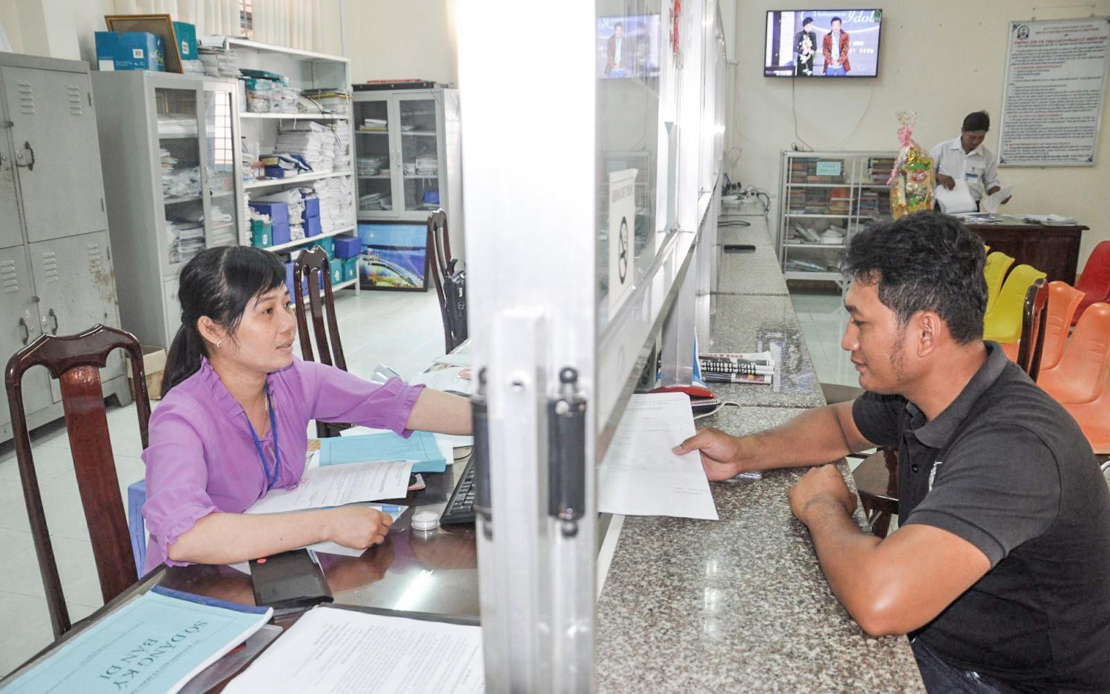Nhờ thực hiện tốt công tác kiểm tra, giám sát, cán bộ, công chức bộ phận một cửa các cấp huyện Cờ Đỏ nâng cao trách nhiệm phục vụ nhân dân. Ảnh: ANH DŨNG