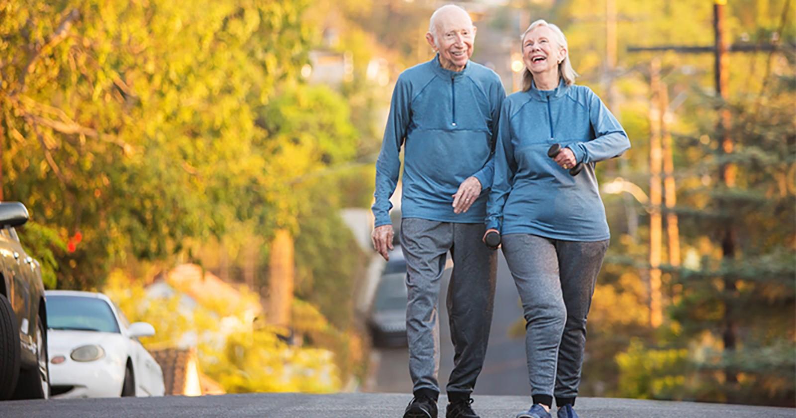 Đi bộ là một trong những cách giúp người cao tuổi khỏe mạnh hơn. Ảnh: Footandanklenola