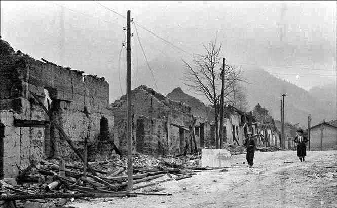 Nhà cửa, đường phố ở thị trấn Phó Bảng, huyện Đồng Văn, tỉnh Hà Tuyên bị đạn pháo của địch tàn phá trong ngày 8 và 9-3-1979. Ảnh: Ngọc Quán - TTXVN