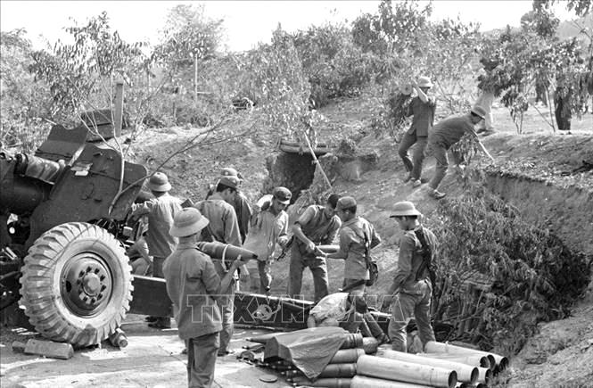 Dân quân huyện Văn Quán, tỉnh Lạng Sơn vừa bám trụ chiến đấu, vừa tổ chức vận chuyển đạn kịp thời đến trận địa phục vụ bộ đội pháo binh tiêu diệt địch, ngày 27-2-1979. Ảnh: Hà Việt – TTXVN